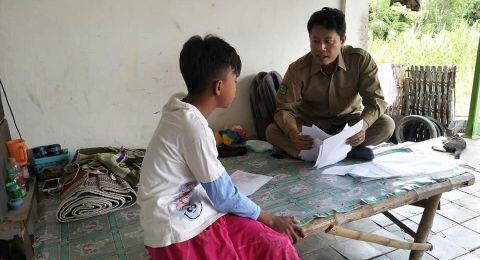 Siswa Tak Punya Ponsel, Pak Guru Avan Pilih Mengajar dari Rumah ke Rumah