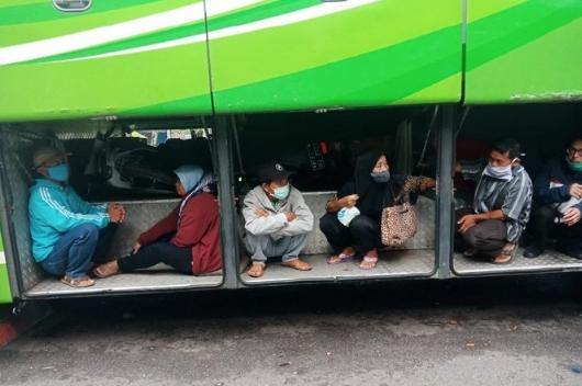 Dilarang Mudik, Viral Foto Bus AKAP Bawa Penumpang di Dalam Bagasi