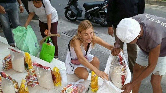 Tadinya Liburan,Bule Cantik Asal Spanyol Ini Malah Berbagi Sembako Untuk Warga