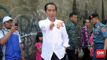 Jokowi Bagikan Sembako Langsung Ke Rumah Warga di Bogor