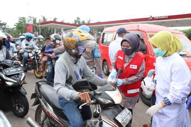 PMI Banten Bagikan Takjil dan Kampanyekan Disinfeksi Mandiri