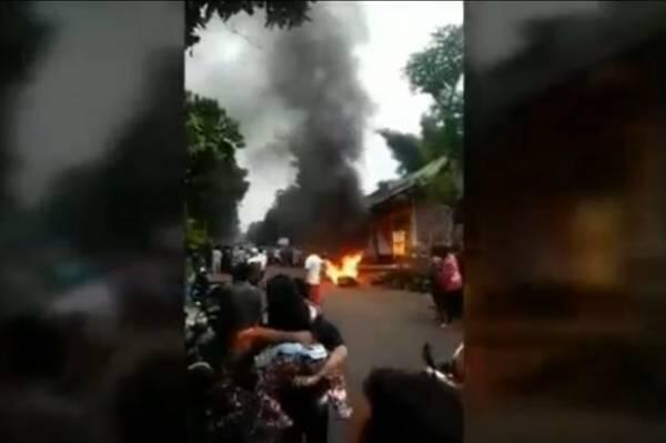 Apes Jambret Emak-emak Rp200 Ribu, Pelaku Bonyok Dikeroyok Motor Dibakar Massa