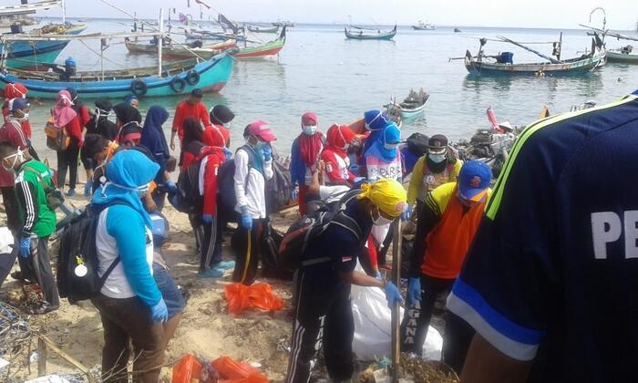 Bersih-bersih Pantai Sebelum Musim Hujan