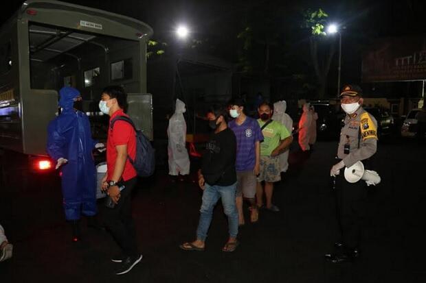 Kapolda dan Gubernur Jatim Awasi Patroli PSBB Surabaya , 82 Pelanggar Ditindak