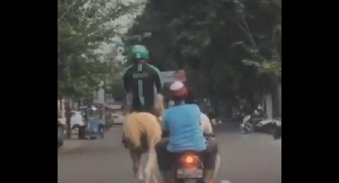 Viral Driver Ojol Tunggangi Kuda, Netizen: Motor Ketarik Leasing