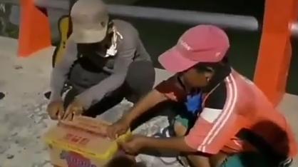 Heboh, Dua Pemuda Crazy Rich Bagikan Mie Instan Isi Duit Jutaan! Bukan Sampah