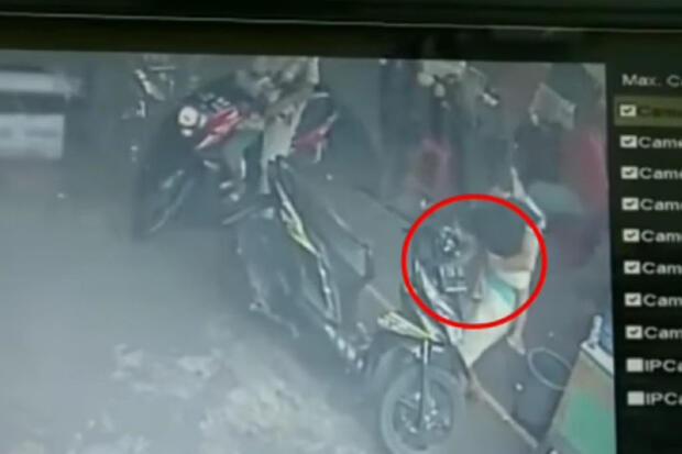 Viral, Wanita Gendong Anak Curi Ponsel dari Dasboard Motor Pengunjung Minimarket