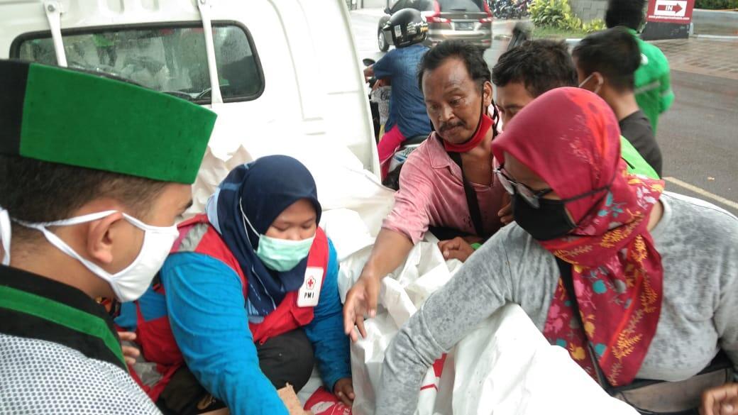 PMI Kota Tangerang Bersama HMI Cabang Unis dan UBC Cabang Unis Bagikan Masker