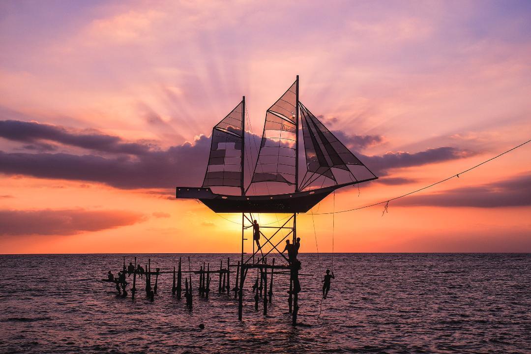 Keindahan Lukisan Alam saat Matahari Terbenam Di Pantai Ampenan