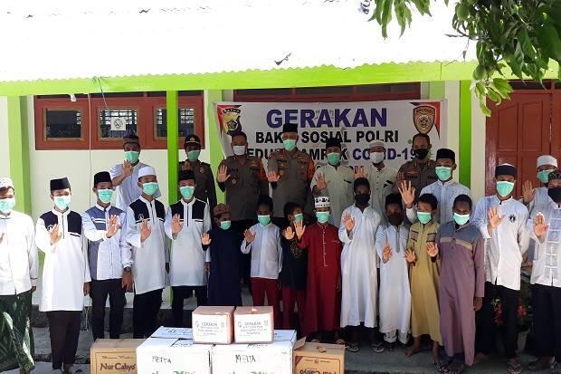 Kapolda Papua Bagi-bagi Sembako ke Komunitas Muslim dan Pesantren