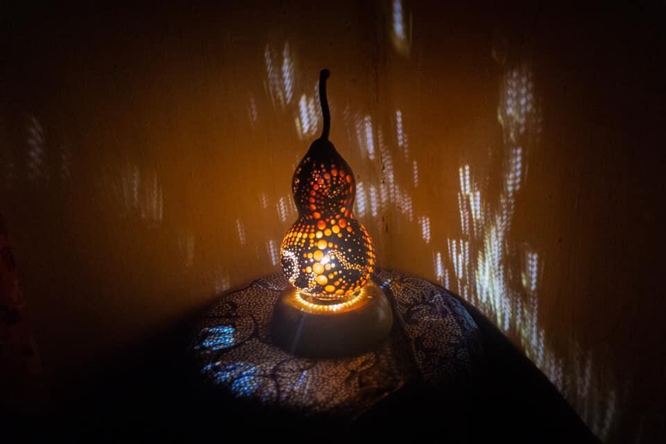 Dekorasi Ruang Tamu dangan Lampu Duduk