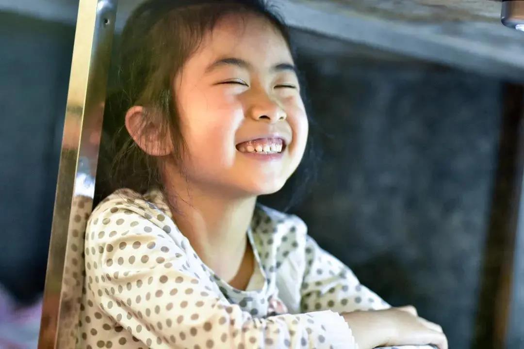 Kisah Gadis Yang Membantu Ibunya Sambil Belajar Dibawah Meja Kios