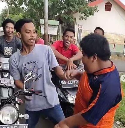Bocah Penjual Pastel di Makassar Habis Dihajar Temannya Sendiri!