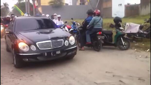 Habib Bahar dan Mobil-mobil Mewah Berpelat Nyentrik