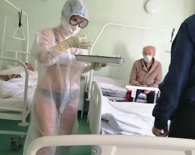 Viral Perawat Ini Menggunakan Bikini dan Pakaian Dalam Saat Urus Pasien Corona