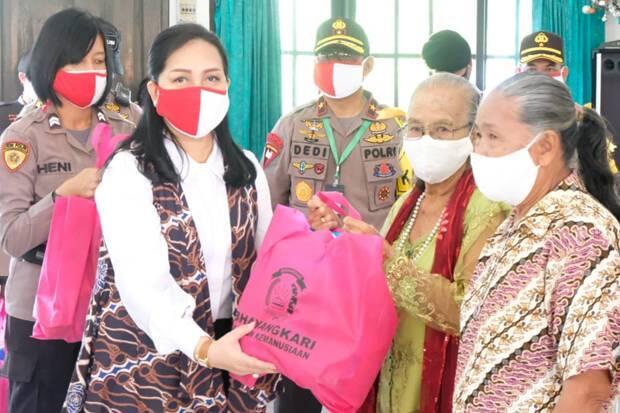 Santuni Panti Asuhan, Kapolda Kalteng Bagikan 800 Paket Sembako
