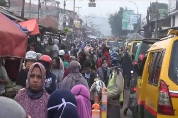 Jalur Mudik Selatan Padalarang Macet Akibat Pasar Tumpah