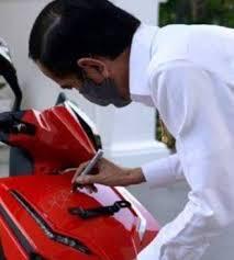Waw, motor lelang Pak Jokowi yang harganya mahal ini dimenangkan oleh buruh bangunan