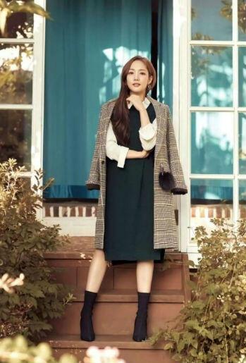 10 OOTD Park Min Young, Referensi Tampil Menawan Saat Ngantor