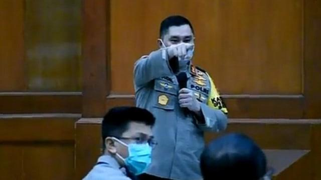 Kapolda Jatim Tegur Kapolsek Gubeng yang Ngantuk saat Rapat Corona: Kamu Keluar