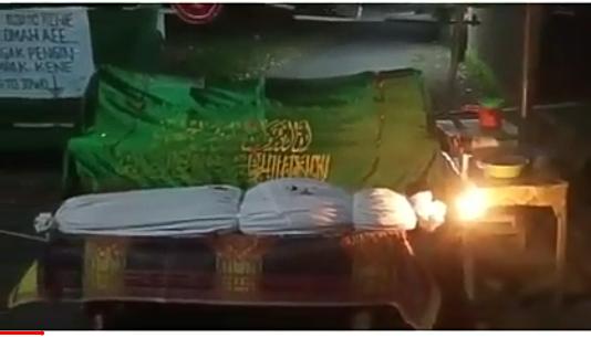 Viral, Portal Jalan PSBB Menggunakan Keranda Mayat dan Pocong Bikin Geger Netizen!
