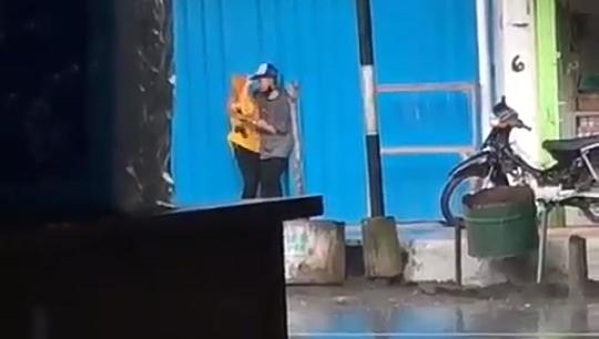 Heboh Tindakan Bejat Sepasang Kekasih, Berpelukan dan Ciuman Panas di Pinggir Jalan!