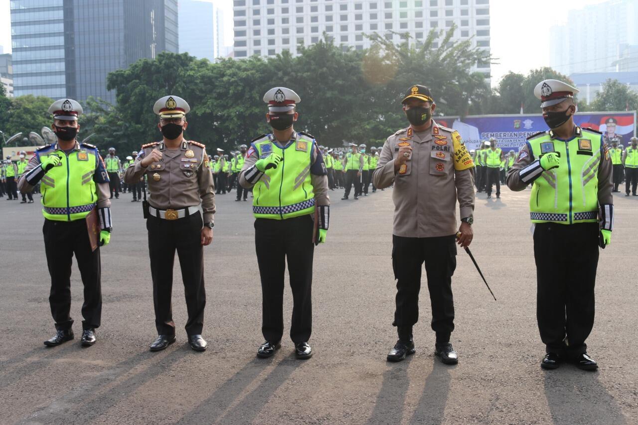 Kapolda Metro Jaya Beri Penghargaan Personil Ditlantas PMJ Berprestasi