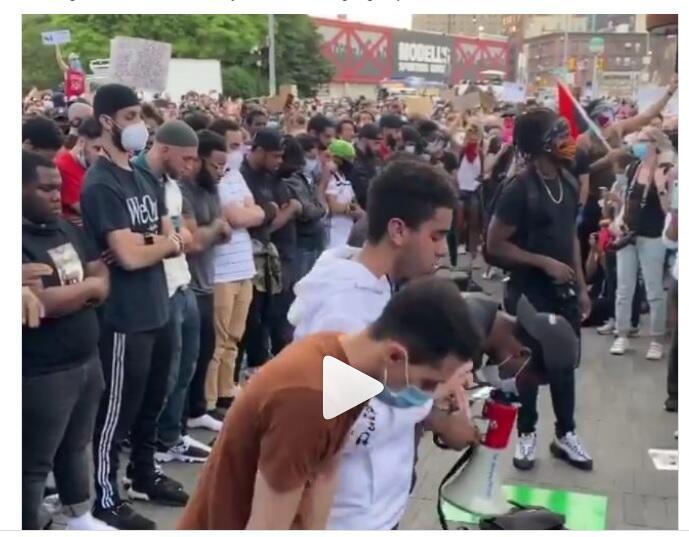 Haru! Pendemo Non Muslim Amerika Bentengi Muslim yang Sholat di Tengah Demo