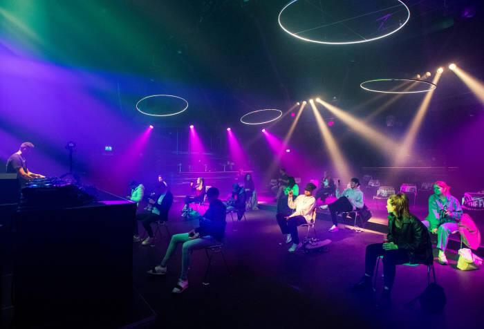 New Normal Ala Belanda: Partygoers Jogetnya Cuma Boleh di Kursi Doang