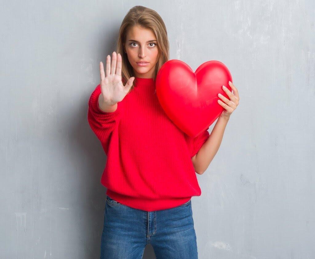 Agar Bisa Hidup, Dokter Melarang Remaja Ini Jatuh Cinta Seumur Hidupnya