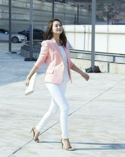 Intip Gaya Effortless A La Shin Min Ah, Tetap Keren!