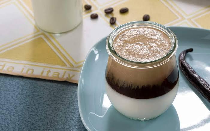 Sensasi baru minum kopi campur yogurt, berani coba?
