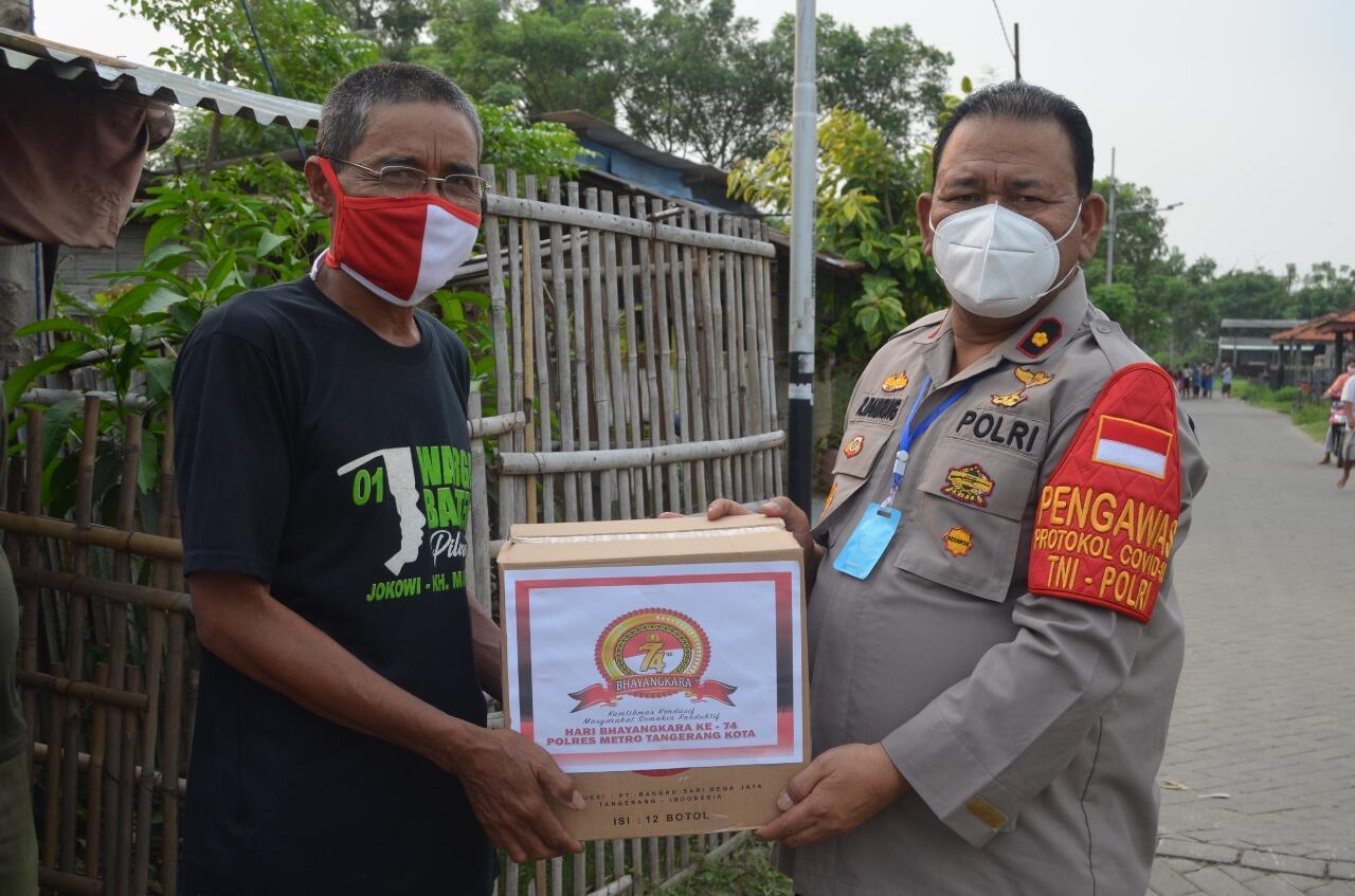 Sambut Hut Bhayangkara Ke-74th, Polsek Neglasari Kembali Bagikan Sembako