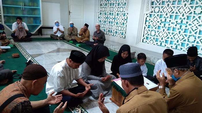 Satu Keluarga dari Simalungun Masuk Islam di Masjid Raya Baiturrahman Banda Aceh