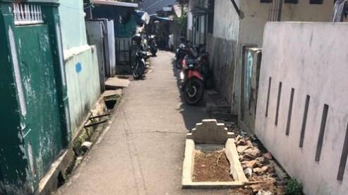 Geger Makam di Tengah Gang Sempit, Netizen: Jakarta Sempit Bos!