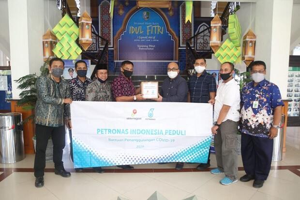 Petronas Salurkan Bantuan Sembako ke Warga Terdampak Corona di Sampang