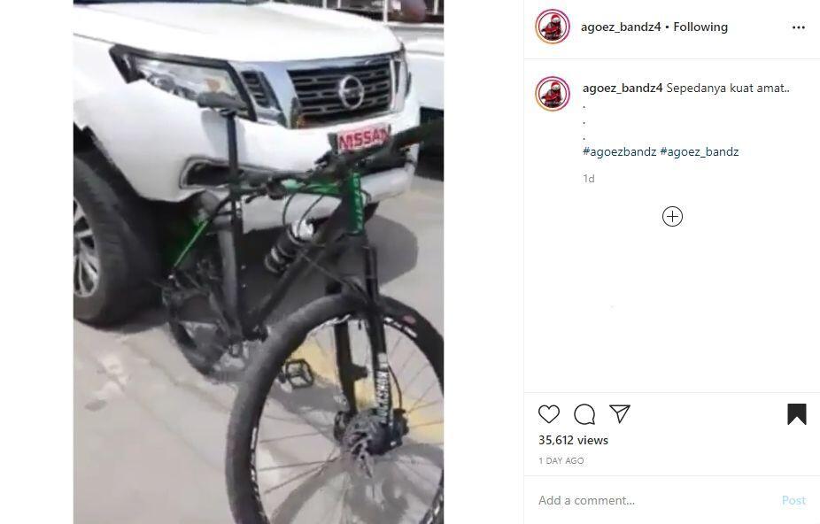 Busyet! Mobil ini Penyok Gara – gara Tabrak Sepeda
