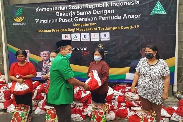 Kemensos-GP Ansor Salurkan 11.176 Paket Bansos ke Tenaga Pendidik