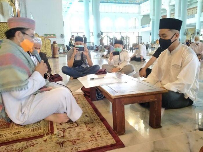 Milenial Tampan Ikrar Syahadat di Masjid Al-Akbar Surabaya
