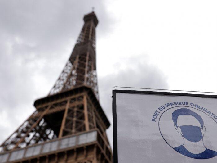 Menara Eiffel Kembali Dibuka, Tapi Turis Harus Naik Tangga