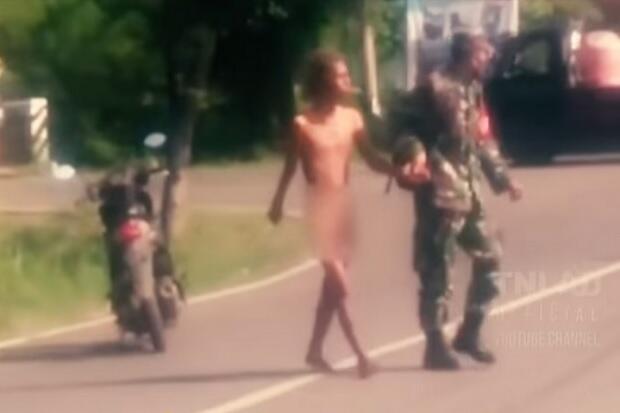 Mulia, Prajurit TNI AD Ini Menolong Pria dengan Gangguan Jiwa di Jalan