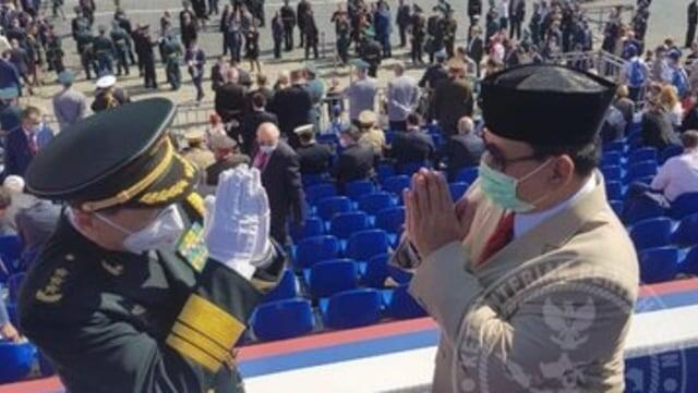 Prabowo Berpose Bersama Menhan China di Sela Parade Militer Rusia