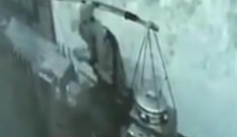 Heboh Rekaman CCTV Penjual Baso Keliling Ludahi Mangkok Pembeli! Benarkah Pelet?
