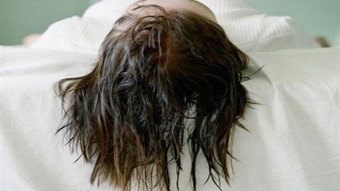 Sering Tidur dengan Rambut Basah? Hindari, Atau Kalian Akan Terkena Penyakit Ini