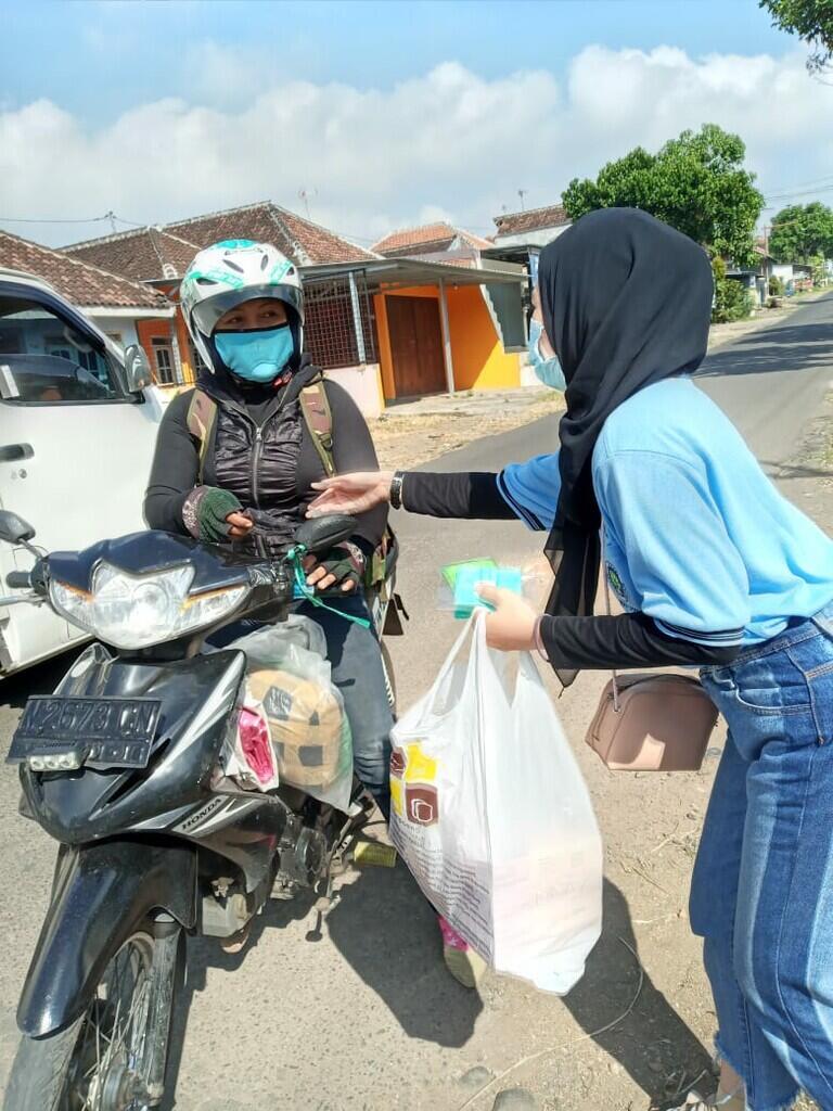 KKN UM Pandanrejo 2020 Bagikan Masker Guna Mencegah Penyebaran Covid 19