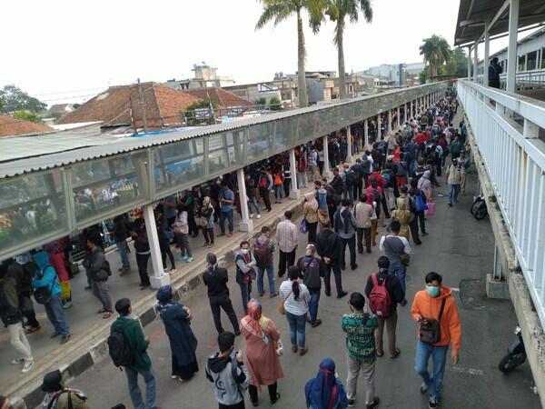 Antrean Mengular di Stasiun Bogor, Pengguna KRL Khawatir Tertular Corona