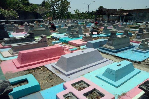 Fenomena Kuburan WarnaWarni, Sebuah Pergeseran Budaya Lokal?
