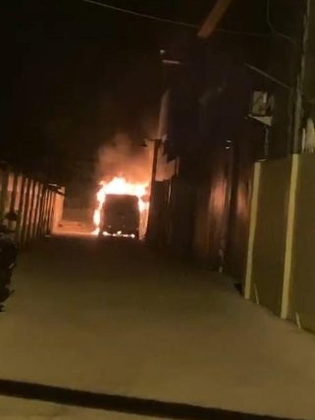Mobil Alphard Pedangdut Cantik Via Valen Dibakar Orang Tak Dikenal, Iri Bilang Dong !