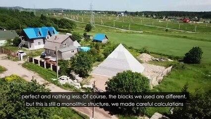 """Wow, Piramida Raksasa Ini """"MUNCUL"""" Di Halaman Rumah Pasangan Asal Rusia !"""
