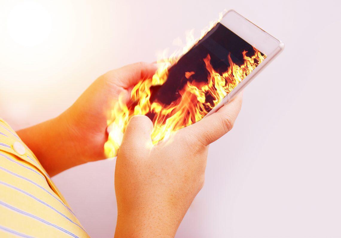Handphone Suka Panas Sendiri, Solusinya Ternyata Hanya Ini!